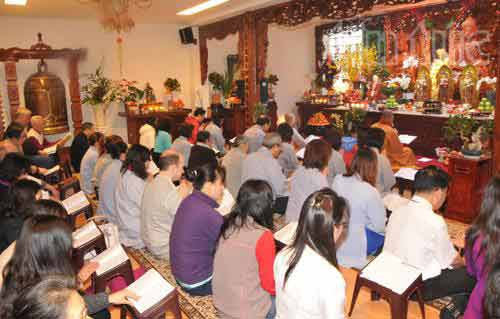Các phật tử tụng kinh, niệm Phật tại chùa Hoa Nghiêm