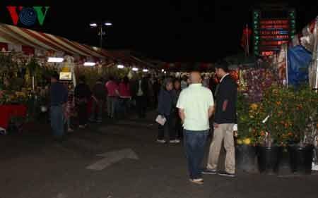 Đông đảo người dân đến thăm chợ hoa