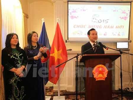 Đại sứ Nguyễn Văn Thảo chúc mừng Năm Mới kiều bào tại Anh (Ảnh: Đỗ Sinh/Vietnam+)