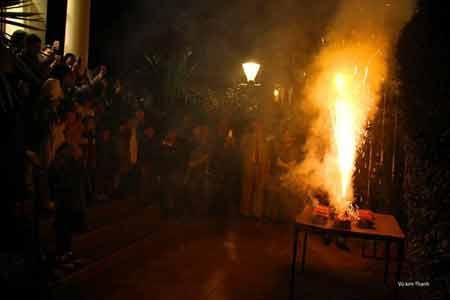 Cuối bữa tiệc, khoảng 20h, mọi người quân quần đốt pháo hoa ngay trước khuôn viên Đại sứ quán