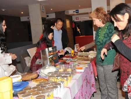 Bạn bè quốc tế tham quan khu vực chợ Tết (Ảnh: Hương giang/Vietnam+)