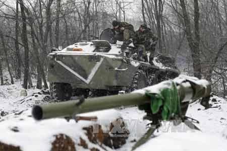 Xe bọc thép Ukraine tuần tra gần thị trấn Svitlodarsk, gần Donetsk ngày 16/2 (Ảnh: AFP/ TTXVN)