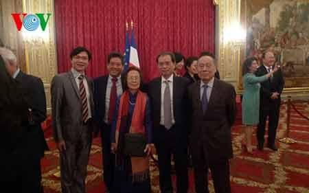 Đại sứ Nguyễn Ngọc Sơn cùng các đại diện người Việt tại buổi lễ