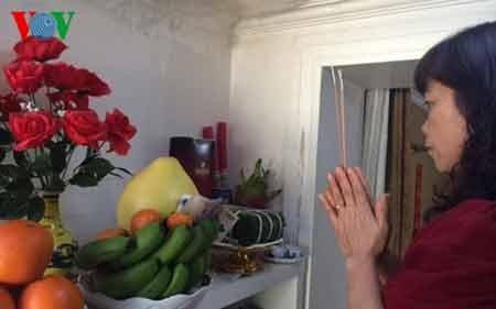 Chị Lan bày biện bàn thờ gia tiên theo phong tục của người Việt Nam. (Ảnh: Hà Thắng)