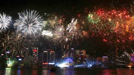 Pháo hoa chào năm mới trên bếncảng Victoria, Hongkong
