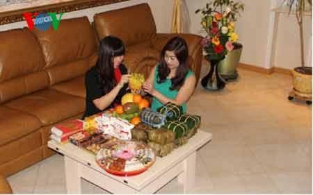 Cộng đồng người Việt chuẩn bị mâm ngũ quả