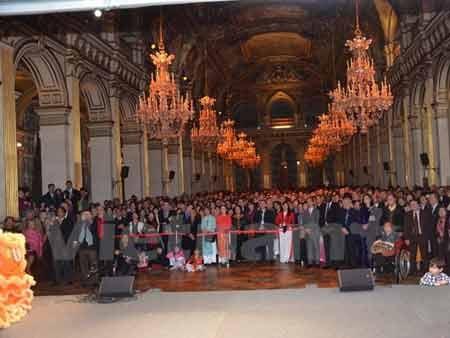 Đông đảo bạn bè quốc tế và kiều bào tại Pháp đến dự lễ đón mừng năm mới (Ảnh: Bích Hà/Vietnam+)