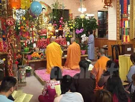 Khóa lễ đón năm mới tại Chùa Linh Sơn ở Anh (Ảnh: Đỗ Sinh/Vietnam+)