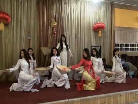 Tiết mục múa nón của sinh viên Việt tại trường Đại học FU ở Nga (Ảnh: Duy Trinh/Vietnam+)