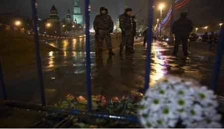 Cảnh sát bảo vệ hiện trường vụ ám sát ông Boris Nemtsov trên cầu Bolshoy Moskvoretsky