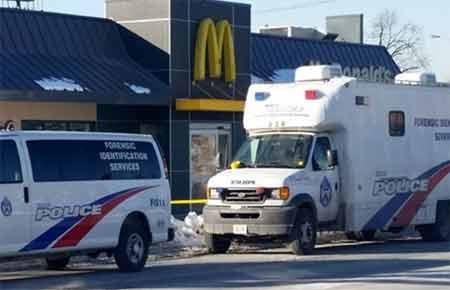 Xe cảnh sát tại lối vào nhà hàng McDonald, nơi xảy ra vụ xả súng (Nguồn: AFP)