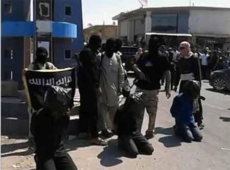 IS hành quyết tù binh ngay trên đường phố (Nguồn: Supplied)
