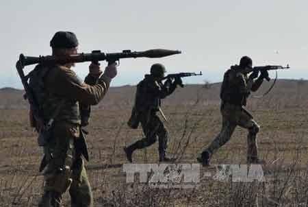 Lực lượng tình nguyện Ukraine huấn luyện quân sự tại thành phố Mariupol ngày 27/2 (Ảnh: AFP/TTXVN)