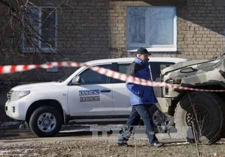 Một giám sát viên OSCE tại Solodar, Donetsk (Ảnh: AFP/ TTXVN)