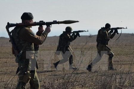 Lực lượng tình nguyện Ukraine huấn luyện quân sự tại thành phố Mariupol (Nguồn: AFP/TTXVN)