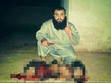 Kẻ khủng bố Abu Al-Rahman chào bằng một ngón tay trước xác chết...