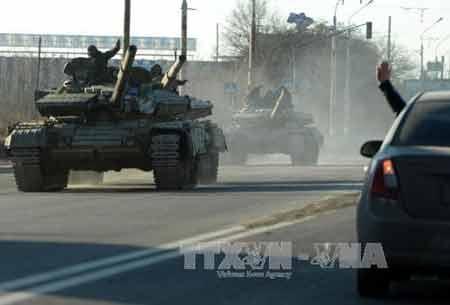 Lực lượng ly khai trên xe quân sự hạng nặng tại thành phố Lugansk ngày 21/2 (Ảnh: AFP/TTXVN)