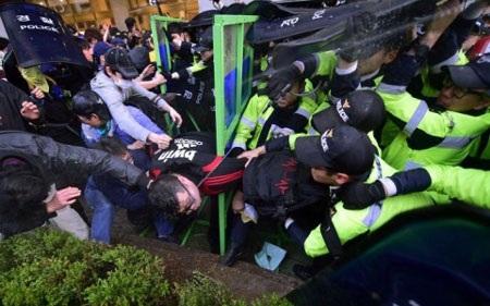 Người biểu tình đụng độ cảnh sát Hàn Quốc (Ảnh: