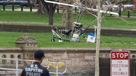 Chiếc máy bay trực thăng cỡ nhỏ hạ cánh xuống khuôn viên tòa nhà Quốc hội. (Ảnh: