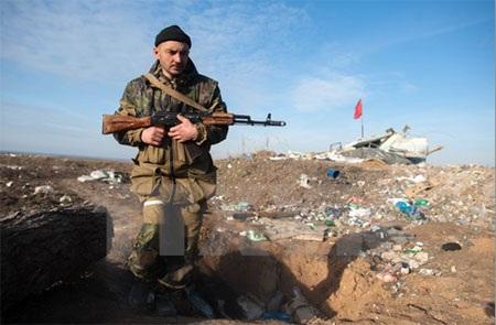 Tay súng ly khai miền Đông Ukraine làm nhiệm vụ tại làng Frunze thuộc vùng Lugansk. (Nguồn: