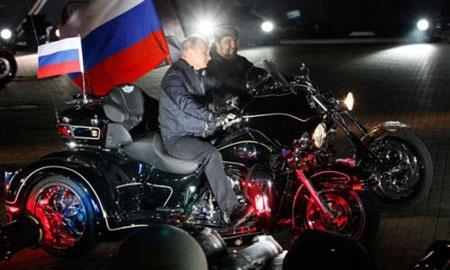 Tổng thống Vladimir Putin tham gia lái mô tô cùng đoàn Sói đêm hồi năm 2011. (Ảnh: