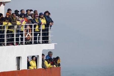 Người thân của các nạn nhân trên con tàu ngoài khơi đảo Jindo. (Ảnh: