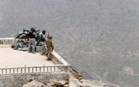 Lính Saudi Arabia đang nghiên cứu địa bàn của phiến quân Houthi
