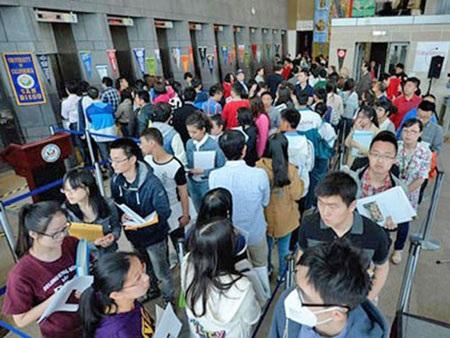 Người Trung Quốc xếp hàng dài tại Đại sứ quán Mỹ ở Bắc Kinh xin visa nhập cảnh vào Mỹ