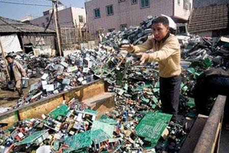 Một bãi rác thải điện tử tại Trung Quốc