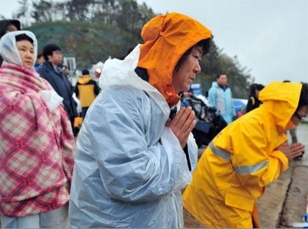 Người thân của những hành khách thiệt mạng trong vụ chìm phà Sewol (Ảnh: Kyodo/TTXVN)