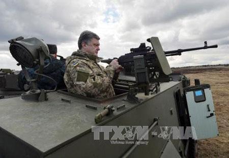 Tổng thống Ukraine Petro Poroshenko tại một căn cứ quân sự ở ngoại ô thủ đô Kiev ngày 4/4.