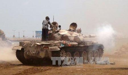Các tay súng ủng hộ Tổng thống Mansour Hadi giao tranh với phiến quân Houthi tại thành phố Aden. (