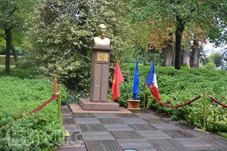 Tượng Bác tại công viên Montreau, thành phố Montreuil, ngoại ô Paris