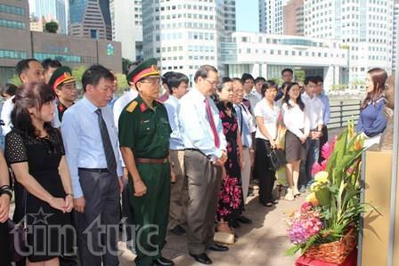 Đại sứ Lê Linh Lan chụp ảnh chung với lãnh đạo Khoa Kinh tế UNAM. (Ảnh: