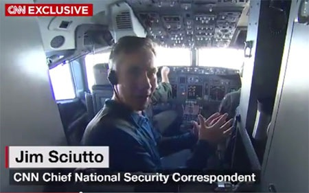 Phóng viên CNN trên máy bay trinh sát Mỹ. (
