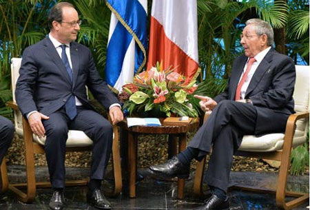 Tổng thống Pháp Francois Hollande và chủ tịch Cuba Raul Castro. (Ảnh: