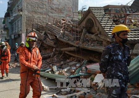 Nhân viên cứu hộ tìm kiếm nạn nhân bị mắc kẹt trong những đống đổ nát ở Kathmandu. (Ảnh: