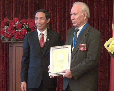 """Ông Gladunov Evegeni Pavlovivh đã được trao tặng """"Công dân danh dự Thủ đô"""". (Ảnh:"""