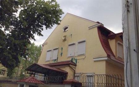 Trước đó, những kẻ lạ mặt đã ném trứng và sơn lên tường tòa nhà Lãnh sự quán Nga ở Kharkov. (Ảnh:
