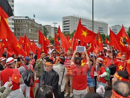 Kiều bào biểu tình phản đối Trung Quốc tại quảng trường Alexanderplatz