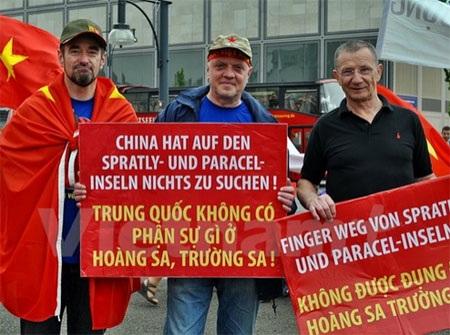 Bạn bè quốc tế cũng tham míttinh ủng hộ Việt Nam