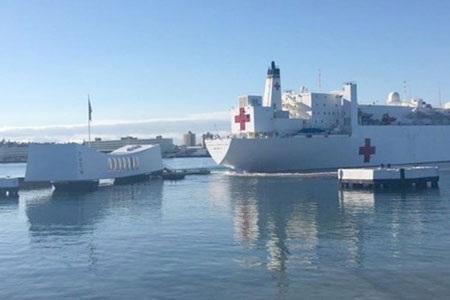 Tàu USNS Mercy tiến sát đài tưởng niệm