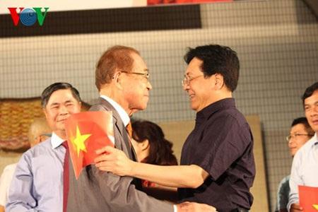 Thứ trưởng Bộ VHTT&DL Vương Duy Biên và ông Matsuda Iwao dành tặng nhau những cái ôm thân mật