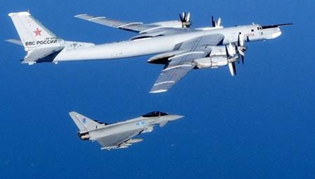 Máy bay ném bom Tu-95 của Nga (trên) bị phi cơ của Không quân Hoàng gia Anh hộ tống. (Ảnh: