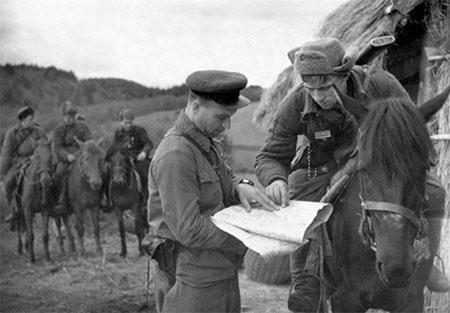 Chiến sĩ Hồng quân Liên Xô báo cáo kết quả trinh sát tại mặt trận năm 1941. (Ảnh: