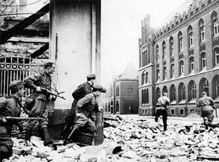 Các chiến sĩ Hồng quân Liên Xô tiến vào thành phố Frankfurt của Đức, tháng 4-1945. (Ảnh: