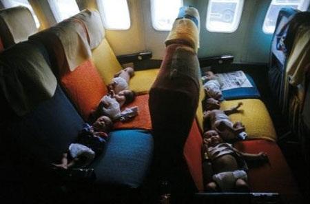 Những trẻ em Việt Nam trong chuyến bay từ Sài Gòn đến thành phố San Francisco ở Mỹ, tháng 4-1975