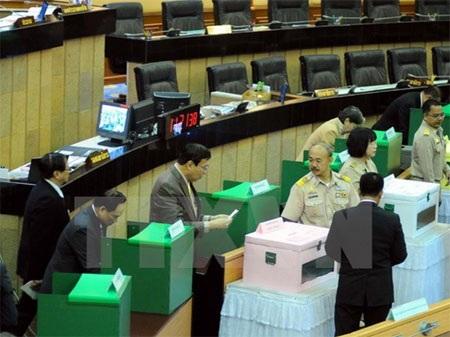 Các đại biểu bỏ phiếu tại phiên luận tội cựu Thủ tướng Yingluck Shinawatra. (Nguồn: