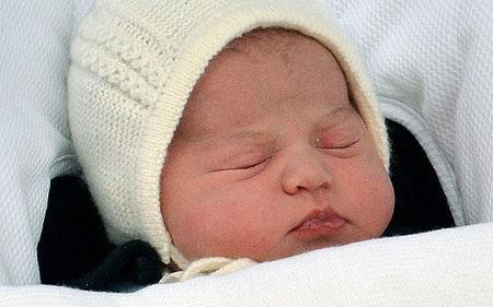 Công chúa Charlotte khi được bố mẹ đưa rời khỏi bệnh viện St Mary's