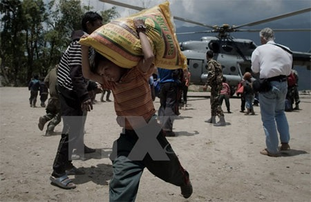 Người dân Nepal nhận hàng cứu trợ tại làng Barpak. (Nguồn: